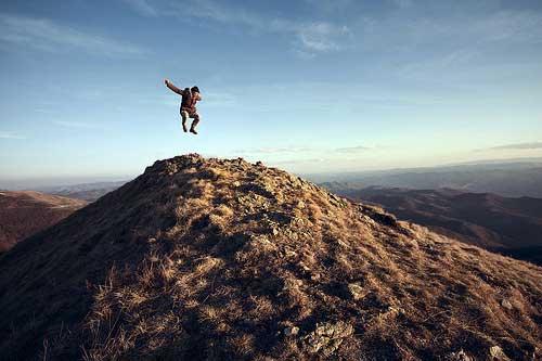 saltando-cima-montaña